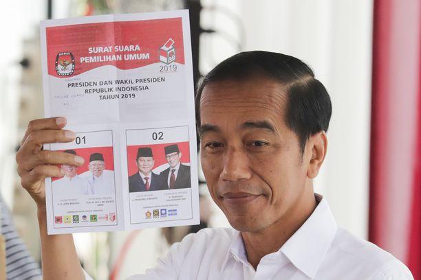 Istuva presidentti Joko Widodo kävi äänestyspaikalla keskiviikkona. Indonesian vaaleissa on lähes 193 miljoonaa äänioikeutettua.
