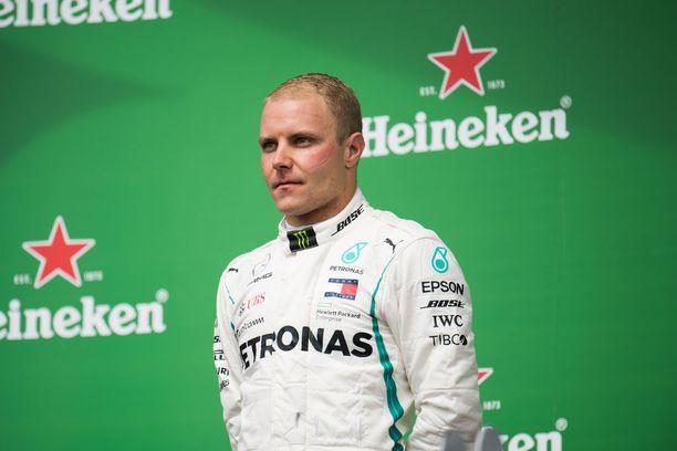 """Valtteri Bottas joutui Kanadan GP:n loppuhetkillä ikävään rakoon, kun hänen piti samaan aikaan säästää polttoainetta ja puolustaa kakkossijaansa Max Verstappenia vastaan. Verstappen pääsi 70. kierroksen päätteeksi vain kymmenyksen päähän, mutta virallisiksi lopputuloksiksi laskettiin tilanne 68. kierroksen kohdalla, joten Bottaksen voittomarginaali oli """"jopa"""" 0,984 sekuntia."""