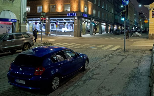 Ilkivalta kohtaa autoja usein viikonloppuöisin. Kadunvarrelle pysäköidyt autot ovat vaarassa silloin.