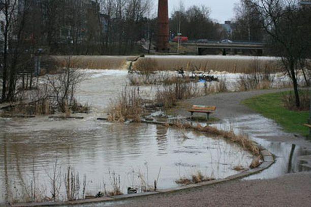 Keravanjoki tulvii voimakkaiden sateiden ja lumien sulamisvesien johdosta.