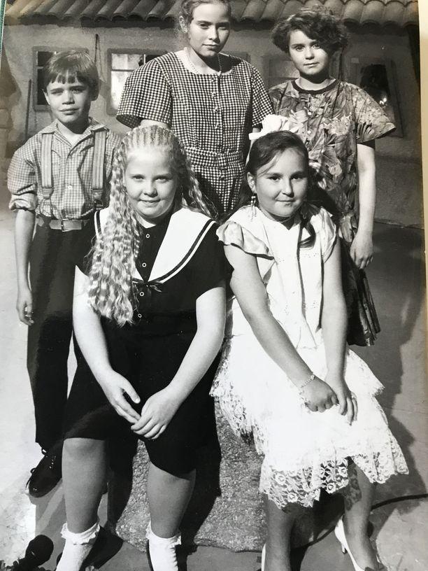 Tuomas Iso-Ahola (tak. vas.) kisasi finaalipaikasta Tenavatähden viimeisessä välierässä elokuussa 1993. Kilpasiskoina takarivissä Eerika Niemelä ja Kirsi Nissinen ja eturivissä Katja Puolakka ja Katja Hirvonen.