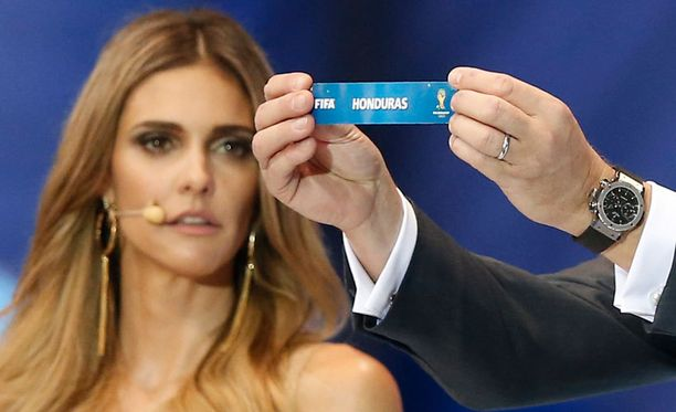 Iranilaiset olisivat halunneet katsoa pelkkää lohkoarvontaa. Taustalla näkyvä Fernanda Lima häiritsi kuitenkin keskittymistä.