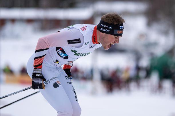 Viktor Mäenpää hylättiin luistelupotkujen vuoksi. Kuvassa hän etenee tasatyöntöä.