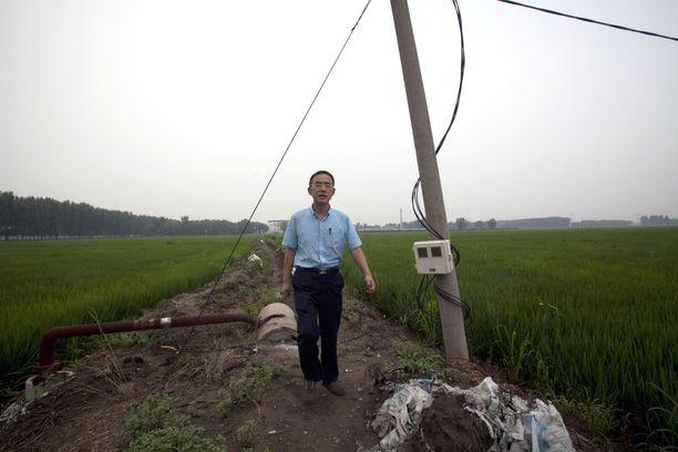 Sun Yi kuvasi itseään entisen vankilansa, Masanjian työleirin edustalla Kiinassa ja lähetti materiaalin kanadalaiselle dokumentaristille.