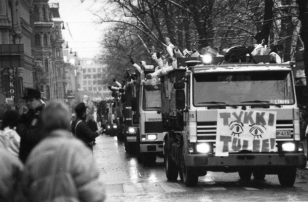Penkkareita vietettiin Helsingin keskustassa Pohjois-Esplanadilla vuonna 1990.