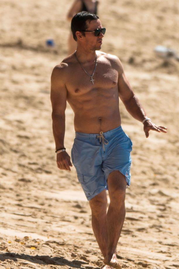 Wahlbergin lihaksikas kroppa keräsi katseita rannalla.