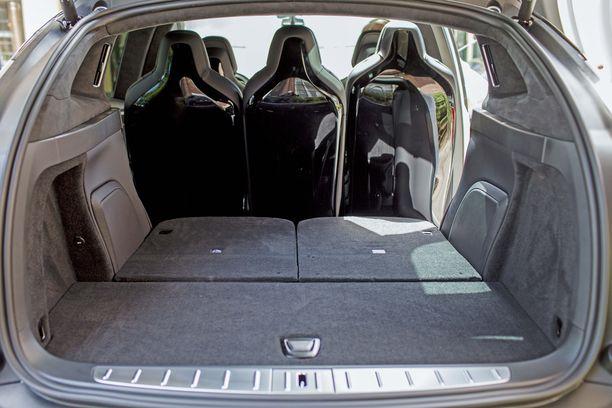 Tesla Model X:n iso tavaratila tarjoaa reilusti nukkumatilaa. Akusto lattian alla lämmittää mukavasti..