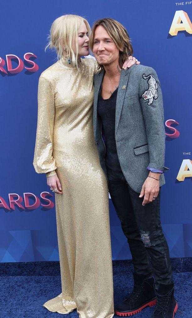 Nicole Kidman osoitti kameroiden edessä hellyyttä aviomiehelleen Keith Urbanille.
