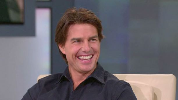 Tom Cruise kuuntelee Surin pukeutumisvinkkejä.