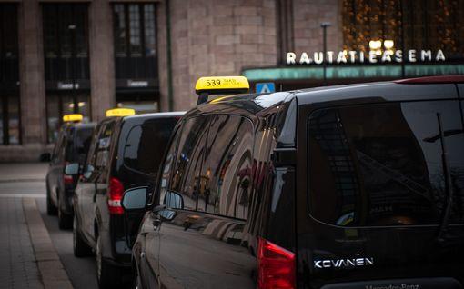 """Parjattua taksiuudistusta korjataan, taksiyrittäjät huolissaan jäljelle jäävistä valuvioista: """"Vesittää alkuperäisen tavoitteen"""""""