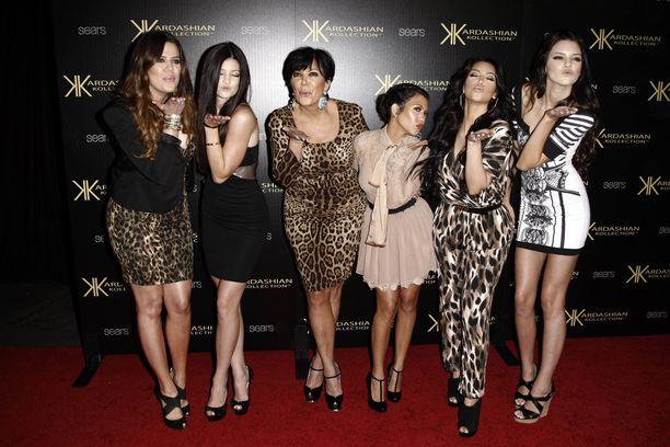 Kardashianit perhekuvassa.