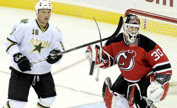 Sean Avery äänestettiin NHL:n ylivoimaisesti vihatuimmaksi pelaajaksi. Kuvassa hän härnää Martin Brodeuria vuonna 2008.