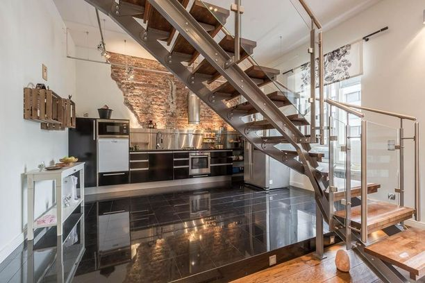 Keittiöt kiinnostivat suomalaisia ylipäänsä. Tämän loft-asunnon tiiliseinäinen keittiö keräsi katselukertoja.