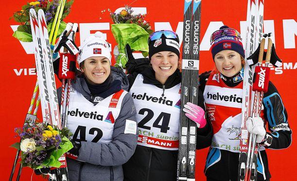 Jessica Diggins (kesk.) voitti Toblachissa perjantaina. Heidi Weng (vas.) oli kakkonen ja Ingvild Flugstad Östberg kolmas.