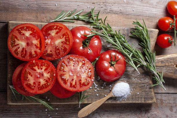 Mauttomat tomaatit saavat uunissa uuden elämän.