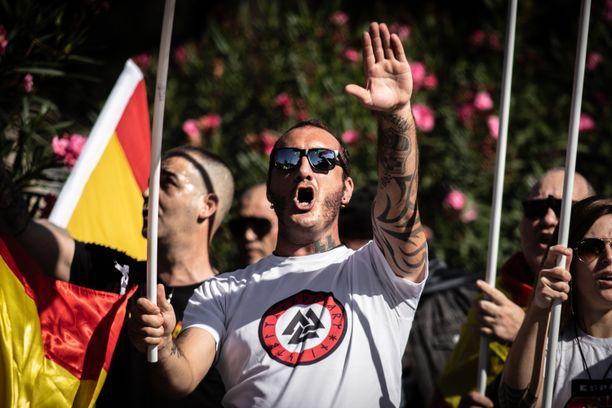 Facebookin kielletyllä listalla on paljon uusnatseja, mutta ylivoimainen valtaosa on terroristeja ja terroristiorganisaatioita. Kuva mielenosoituksesta Espanjasta.
