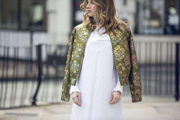 Brittiläinen muotibloggaaja Rosie Fortescue  poseeraa Marks and Spencer in vaatteissa vuonna 2016.