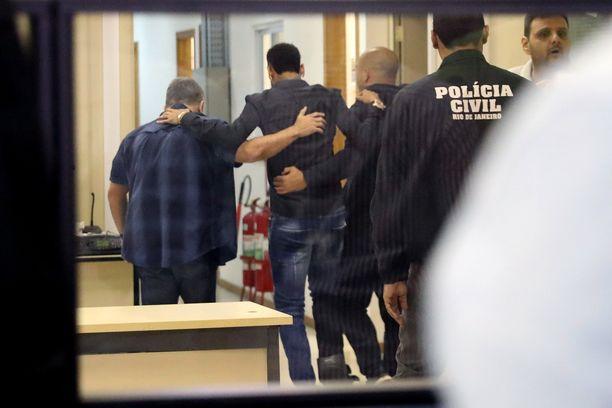 Nilkkansa loukannutta Neymaria autetaan liikkumaan poliisiasemalla Rio de Janeirossa 6.6.2019.