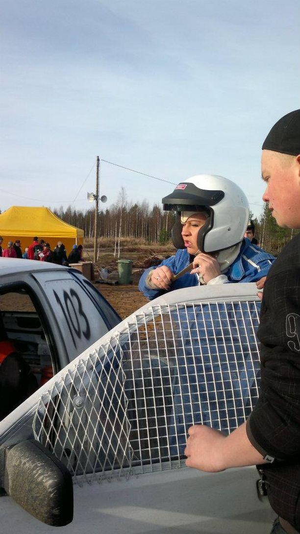 Marraskuussa 2010 isän kuolemasta oli kulunut vain kaksi kuukautta. Hanna Maaria ja Henry osallistuivat hänen muistokseen järjestettyyn jokamiesluokan rallikilpailuun.