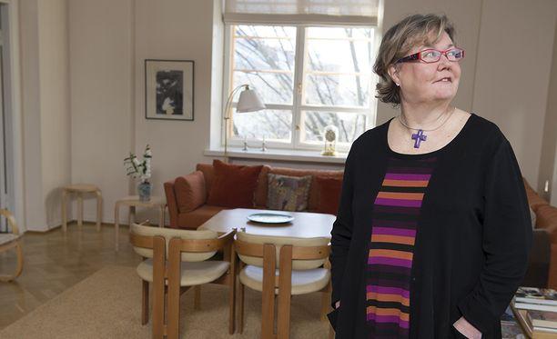 Marraskuussa eläkkeelle jäävä Helsingin piispa Irja Askola sanoo Helsingin Sanomissa, että uhkailijat yrittävät ottaa vallan itselleen ja alistaa toisen.