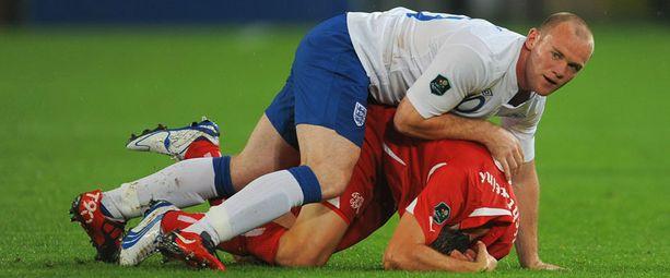 Wayne Rooney iski Englannin avausmaalin Sveitsiä vastaan.