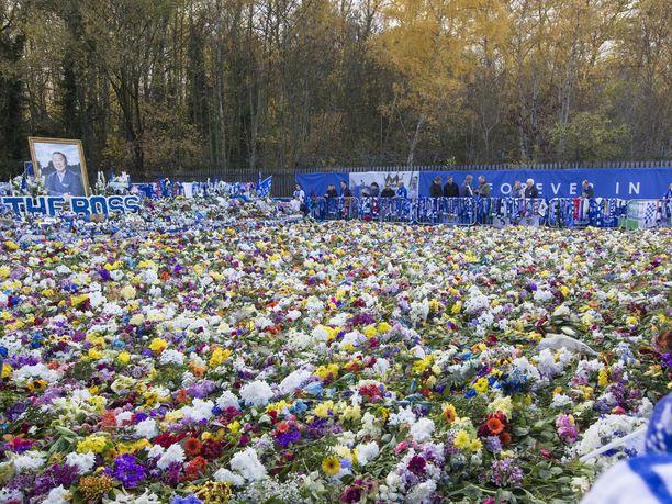 Stadionin ulkopuolella olleen muistotien varrelle jätettiin valtava määrä kukkia, huiveja, paitoja ja lippuja.