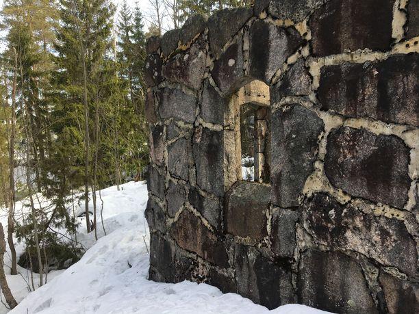 Jyhkeä seinä on vain osa huvilan kivijalkaa.