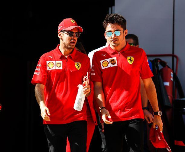 Nelinkertainen mestari Sebastian Vettel (vas.) on ajautunut vaikeuksiin nuoren superlahjakkuuden Charles Leclerin kanssa.