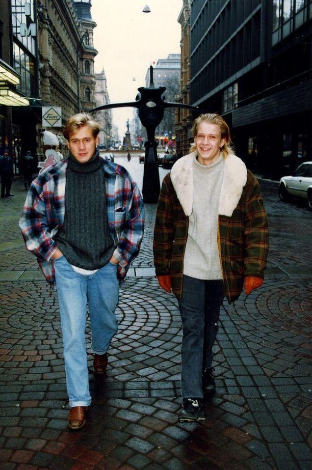 Taiteilijaperheiden vesat Samuli Edelmann ja Santeri Kinnunen ystävystyivät jo varhain. He kävivät yhdessä Teatterikoulua, jonka Samuli tosin lopetti kesken Jussi Parviaisen saatua potkut. He tekivät Vintiot-sketsisarjaa, jonka tekijätiimiin kuuluivat myös Kari Hietalahti ja ohjaaja Aleksi Mäkelä.