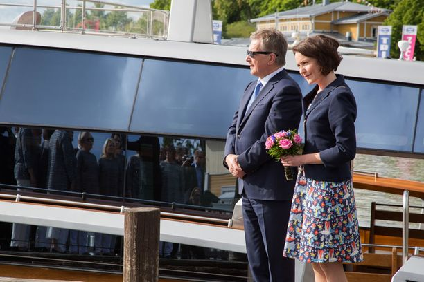 Kesällä presidenttipari vierailee eri puolilla Suomea. Kesäkuun 11. päivä he saapuivat Naantaliin.