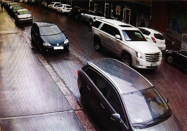 Kuljettaja pakeni paikalta, kun töytäistyksi joutuneen lapsen äiti ilmoitti soittavansa poliisit selvittämään tapausta.