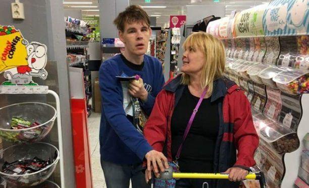 Aluksi Tomia jännitti kaupassa asiointi. Autisminsa ja ääniyliherkkyytensä vuoksi hän ei voi asioida ruokakaupassa muiden kanssa samaan aikaan.