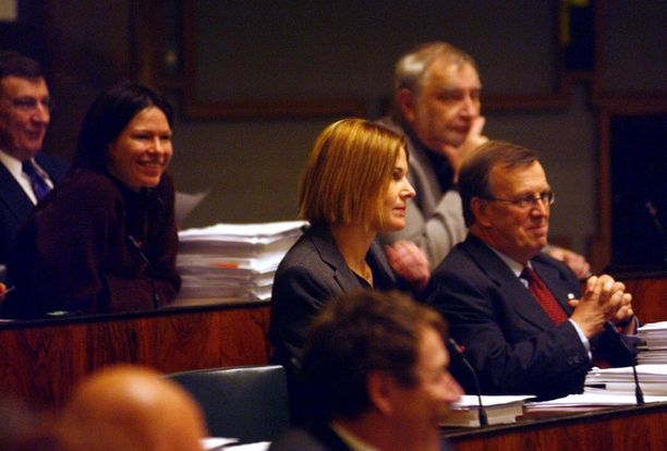 Kun salasuhde paljastui, toimittajat seurasivat miten Leena Harkimo ja Merikukka Forsius suhtautuisivat toisiinsa eduskunnan kyselytunnilla. Leena Harkimo oli poissa, sen sijaan Merikukka Forsiuksen saama mediahuomio nauratti edustajakollegoita.