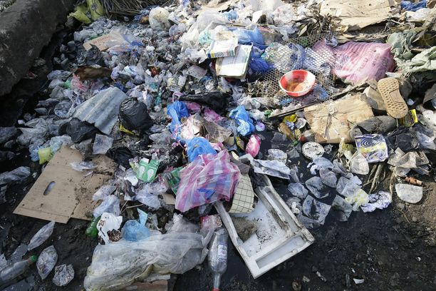Liberian Monrovian rannoille ajautunutta muovijätettä huhtikuussa. Kuvituskuva.