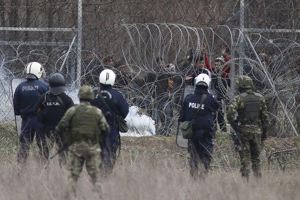 Kreikkalaiset poliisit ja sotilaat olivat keskiviikkona ryhmittyneinä raja-aidalle Kastaniesin raja-aseman lähellä. Aidan toisella puolella oli iso määrä EU:n alueelle haluavia siirtolaisia ja pakolaisia. Tunnelmien kerrottiin keskiviikkona jälleen kiristyneen.