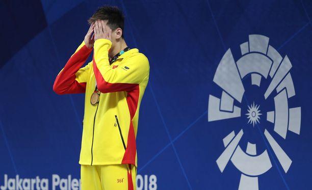 Sun Yang ei ollut uskoa silmiään, kun Kiinan lippu putosi maahan kesken kansallislaulun.