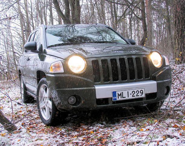 METSÄSSÄ Kaupunki-Jeep ei tuntenut oloaan orvoksi metsän keskellä.