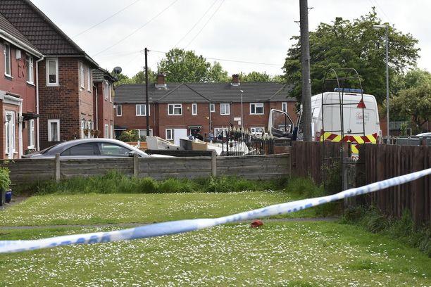 Poliisi on eristänyt alueen talon lähettyvillä.