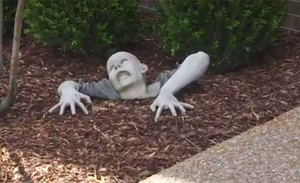 Omistajan mukaan tämä on huumoria, asukasyhdistys määräsi zombien poistettavaksi.