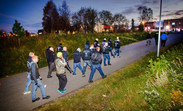 Soldiers of Odin -katupartiointiryhmä Kemissä.