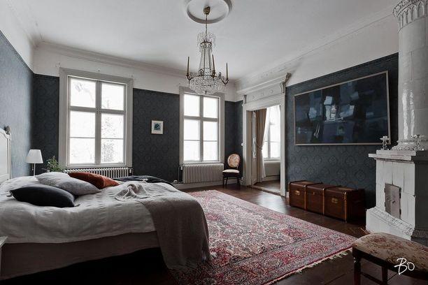Toisesta kerroksesta löytyvät makuuhuoneet. Erilaiset kuvioidut tapetit ovat selkeästi kartanoiden ominaispiirre.
