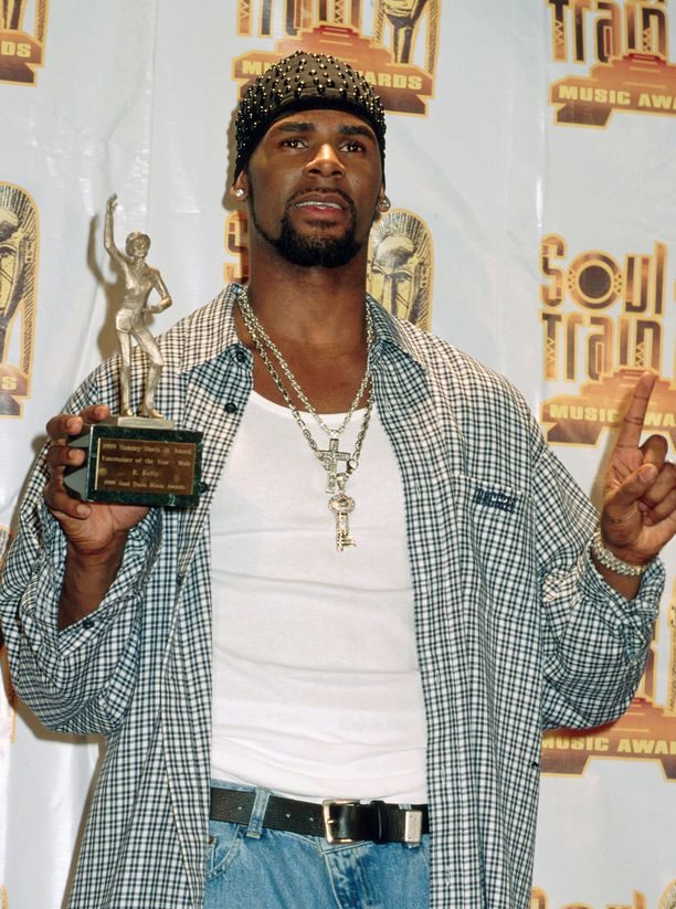 R. Kelly on tunnettu laulaja ja musiikkituottaja. Miehen kappaleisiin kuuluvat esimerkiksi Ignition ja Same Girl.