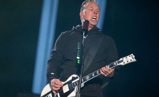 Metallica keikkaili Suomessa viimeksi keväällä 2014. James Hetfield villitsi yleisöä sateissa säässä.