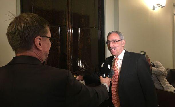Perustuslakivaliokunnassa varajäsenen mandaatilla istuva Ben Zyskowicz (kok) saapui valiokunnan kokoukseen perjantaina reilusti myöhässä. Kuva tiistailta.