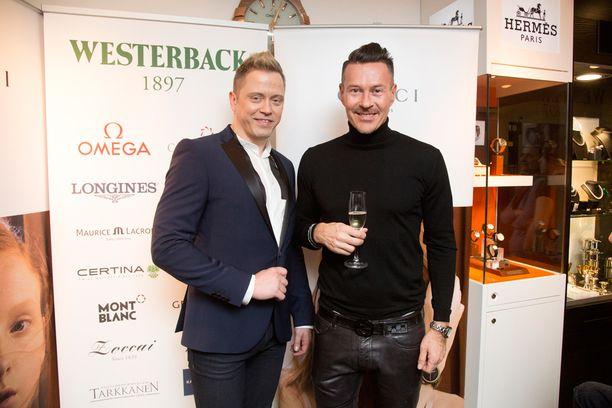 Muotigurut Teri Niitti ja Anssi Tuupainen vaikuttavat Linnan eleganssiin. Niitti myös kommentoi juhlia muutamaan eri mediaan.