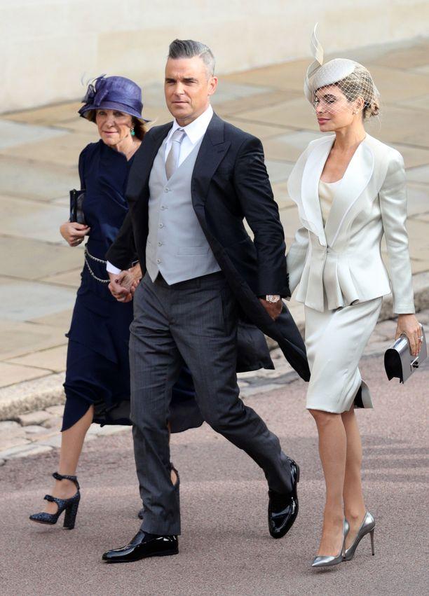 Laulaja Robbie Williamsin puoliso Ayda Williams ihastuttaa hillityssä Giorgio Armanin puvussa.