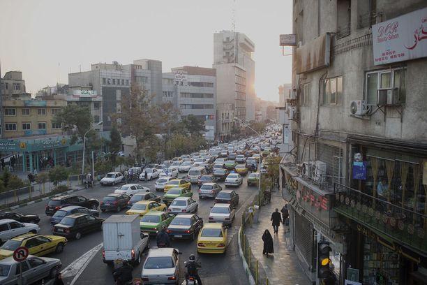 Teheranissa on viisi miljoonaa autoa, joista valtaosa on Iranissa valmistettuja bensasyöppöjä.
