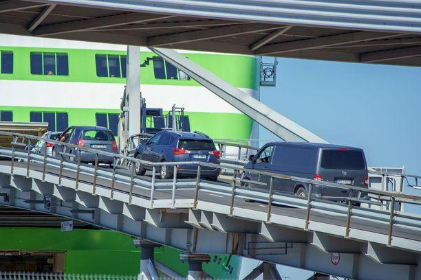 Kun liikenne lisääntyy, ruuhkautuvat rajanylityspaikat, jos Suomi jatkaa nykymallilla, jossa matkustaja määrätään pakolliseen terveystarkastukseen.
