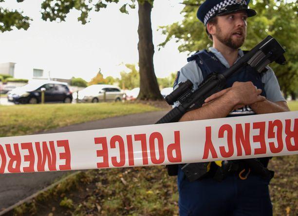 Poliisi vartioi eristettyä rikospaikkaa Christchurchin rasistisen terrori-iskun jälkeen.