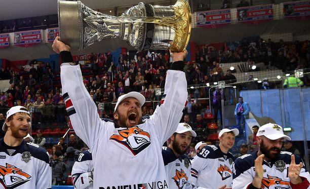 Oskar Osala nosteli Gagarin Cupia viime kaudella.